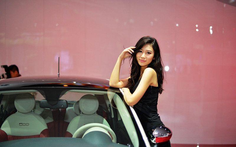 性感温婉动人美女车模 菲亚特500汽车模特