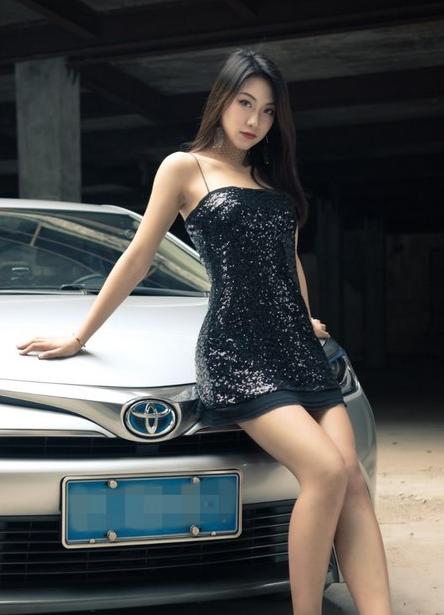 雷凌双擎性感吊带美女车模长腿