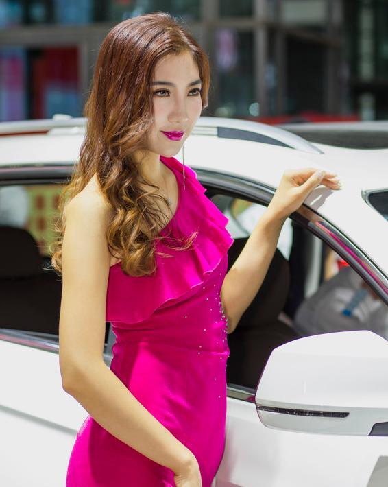 车展枚红色礼服美少妇迷人美艳